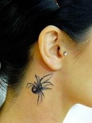有些恐怖的脖子上的超逼真3D蜘蛛纹身图案