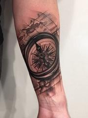 手臂内侧黑灰色地图和指南针纹身图片