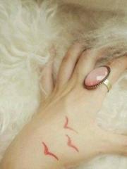 时尚美女虎口红色的海鸥纹身图案