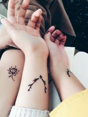 适合闺蜜的手臂时尚藤蔓纹身图案