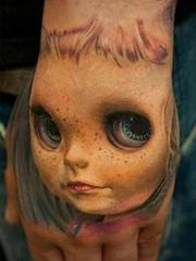 手背另类浮雕可爱人头纹身图片