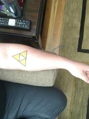 手前臂上简单的几何三角形纹身图片