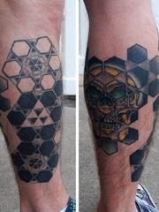 小腿上黑灰白色立体几何图形纹身图片
