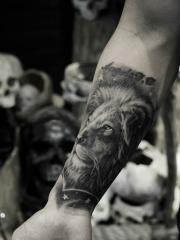 男生手臂狮子王个性纹身图案