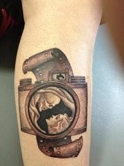 女性小腿上黑灰色照相机纹身图片