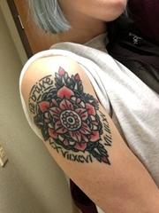 美女右手臂上传统风格红色和黑色曼陀罗纹身图片