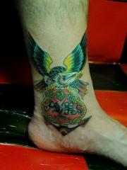 脚踝船锚上展翅的老鹰纹身图案