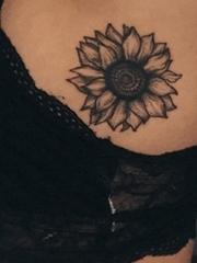 女性左侧肋下腋的黑灰色向日葵纹身图片