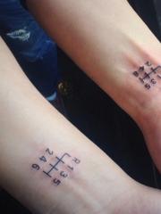 一款非常特别的情侣手臂数字纹身图案