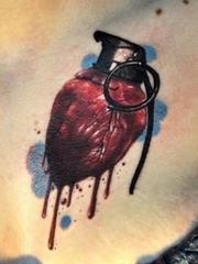 个性的心脏手雷纹身图案