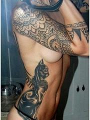 性感漂亮的女性侧肋上个性的纹身图案