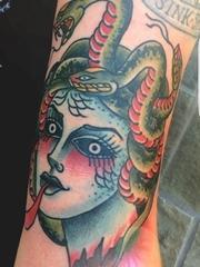 手臂上的传统风格蛇女美杜莎纹身图片