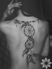 紧抓梦想,美女后背捕梦网创意纹身
