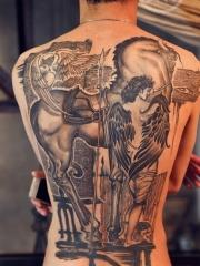 男性满背天使战马纹身