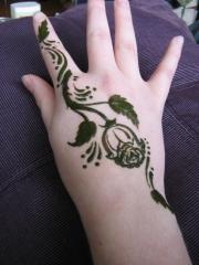 手部漂亮的暂时性纹身