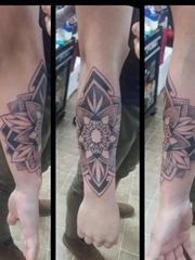 男性右手前臂上帅气的黑色几何风格曼陀罗花纹身图片