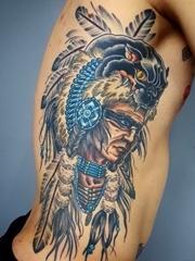 男子右侧肋上帅气的部落酋长纹身图片