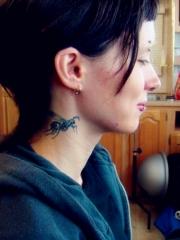 电影龙刺青的女孩颈部蜜蜂刺青