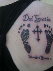 后肩的脚印十字架纹身