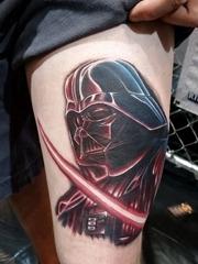 男子大腿上帅气的黑武士纹身图片