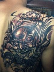 男生后肩背超酷的钟馗刺青作品