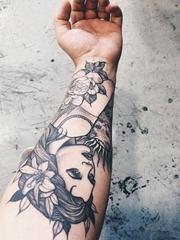 手前臂上漂亮花朵和单色美丽女性纹身图片