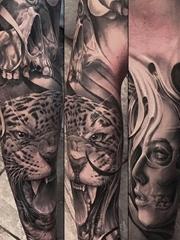 黑灰色花臂上的豹子骷髅头的女性肖像纹身图片
