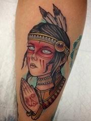 手前臂上精美的印第安风格的女孩纹身图片