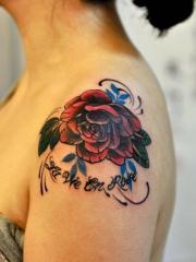 美女肩部彩色玫瑰花纹身图案