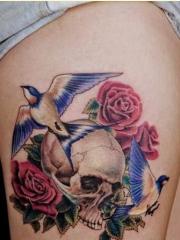 腿部个性时尚好看的骷髅玫瑰花纹身图