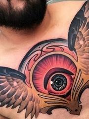男性满胸霸气的鹰和大眼睛纹身图片