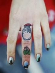 手指可爱经典的卡通龙猫纹身