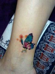 女人脚踝处漂亮好看的彩色蝴蝶刺青