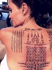 影视女明星安吉丽娜·朱莉背上的印度风格纹身图片