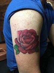 男性右手大臂上漂亮的红玫瑰花纹身图片