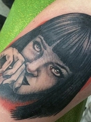 手臂上的精致的漂亮的黑灰色女性纹身图片