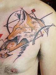 男子左胸部上的几何图形和狐狸纹身图片