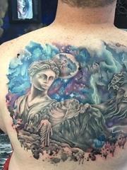 男性后背上的希腊诸神纹身图片