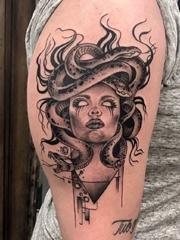 女性手臂黑灰色点刺纹身神话人物美杜莎纹身图片