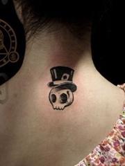 女生颈部可爱的小骷髅纹身图案