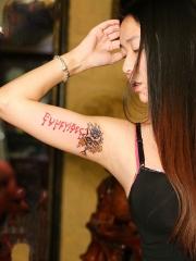 美女个性手臂骷髅英文字母刺青作品