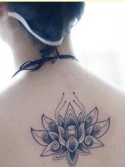 女性背部简单漂亮梵花莲花纹身