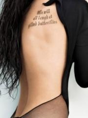 梅根福克斯背部性感英文字母纹身