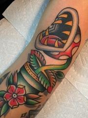 手臂上彩色传统植物颜料纹身食人花纹身图片