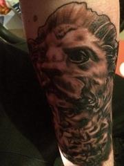 小腿上的黑灰色赫拉克勒斯狮子纹身