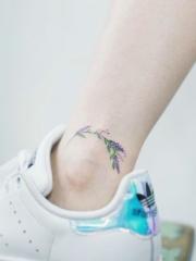 运动女孩脚踝上的唯美花朵纹身图案
