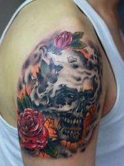 欧美骷髅玫瑰创意手臂纹身图片