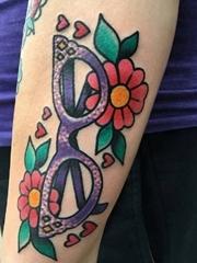 手臂上传统彩色纹身小花朵纹身盒眼镜纹身图片