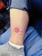 小腿处彩色小清新花瓣纹身图案