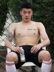 王大雷胸部韩文刺青图案